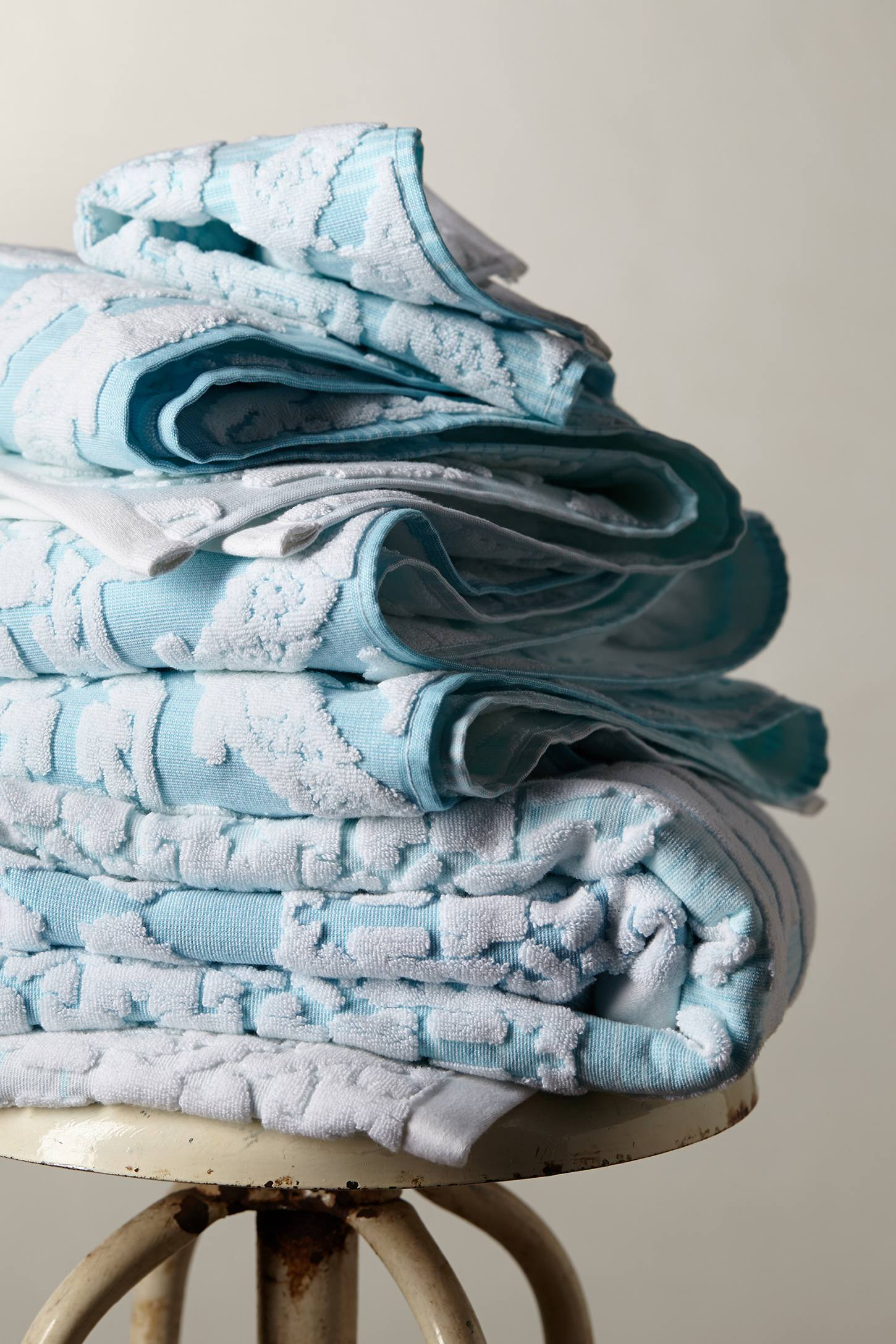 Slide View: 1: Woven Ombre Towel Collection